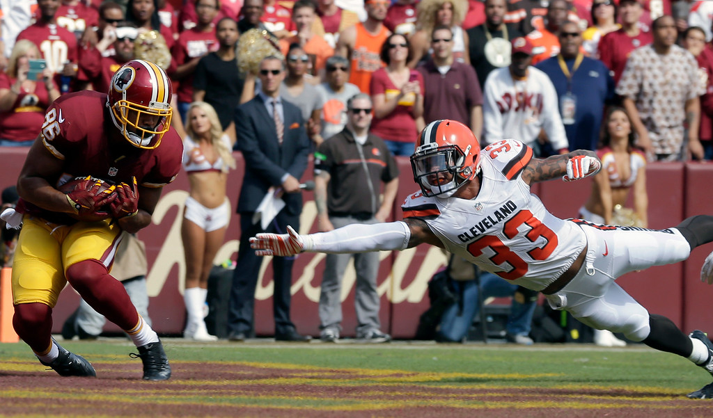 . Washington Redskins tight end Jordan Reed (86) catches a touchdown pass in front of Cleveland Browns free safety Jordan Poyer (33) during the first half of an NFL football game Sunday, Oct. 2, 2016, in Landover, Md. (AP Photo/Chuck Burton)