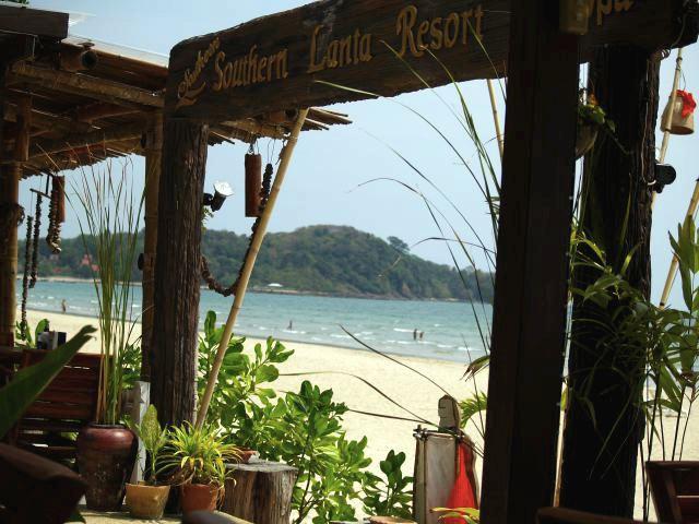 Utsikt fra strandrestauranten på Southern Lanta Resort, et godt sted å spise. Klong Ndao-stranden er veldig fin, beliggenheten rundt ikke like imponerende. --- View from the beach restaurant at Southern Lanta Resort, a very pleasant plase to eat. The Klong Ndao beach is very nice, the hills around less impressive. (Foto: Geir)
