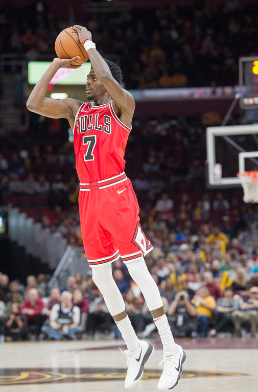 . Chicago Bulls\' Justin Holiday (7) shoots against the Cleveland Cavaliers during the second half of an NBA preseason basketball game in Cleveland, Tuesday, Oct. 10, 2017. The Bulls won 108-94. (AP Photo/Phil Long)