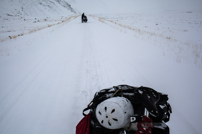 Pushing the bikes in the snow, between Kirgyzstan and Tajikistan