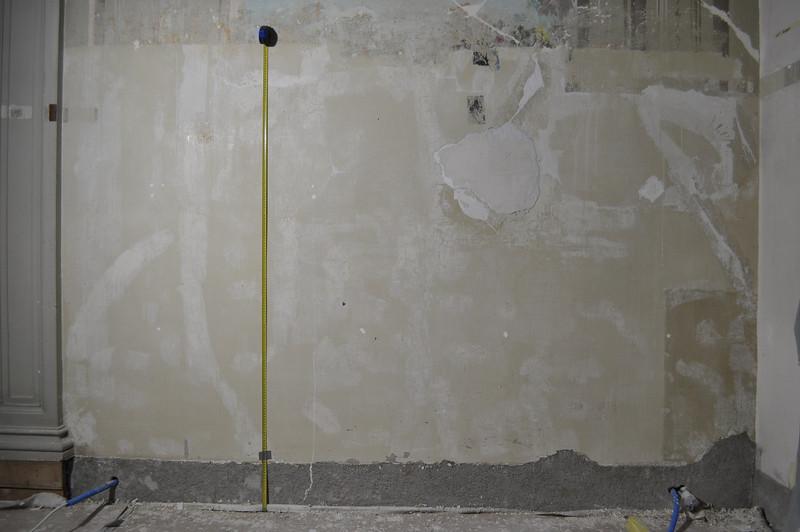 - Situation nach Abnahme der Dispersionsfarbe - sitiation nach Abnahme der Unterkante Malereibestand - alte Spachtelmassen, Zement- und Gips-einputzungen - mittig ein vorgewölbter Putzbereich; eine grosse Hohlstelle mit 2 Fixpunkten an den Einputzungen DSC_0195
