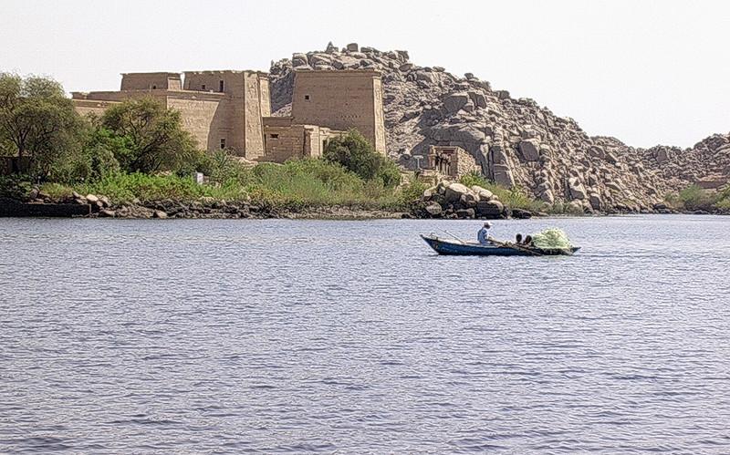 Fisker på Nassersjøen ved Philaetemplet -------------------------------------------------- Fisherman on Lake Nasser near Temple of Philae (Foto: Ståle)