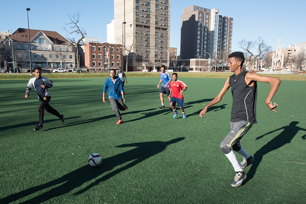 DAVID LIPNOWSKI / WINNIPEG FREE PRESS   Kids of all ages play soccer at Central Park Saturday November 5, 2016 on an unseasonably warm fall day.