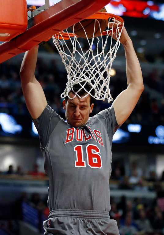. Chicago Bulls forward Paul Zipser dunks against the Cleveland Cavaliers during the second half of an NBA basketball game Thursday, March 30, 2017, in Chicago. (AP Photo/Nam Y. Huh)