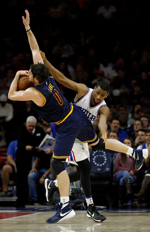 . Cleveland Cavaliers\' Kevin Love, left, and Philadelphia 76ers\' Hollis Thompson collide during the first half of an NBA basketball game, Sunday, Jan. 10, 2016, in Philadelphia. (AP Photo/Matt Slocum)