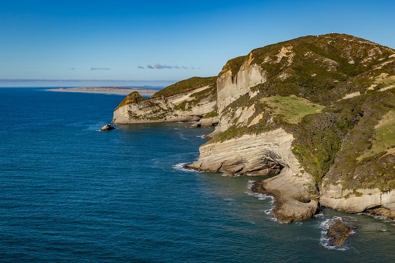 Blick vom «Cape Farewell» Richtung «Farewell Spit» (ganz hinten) und «Pillar Point Lighthouse» (oben rechts)