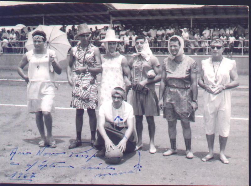 Andrada 1967 nos campos de jogos em frente as Oficinas Tomaz, Taira, Julio Amaro, Fernando Pereira, ?, ?, Simoes da Pedalada,