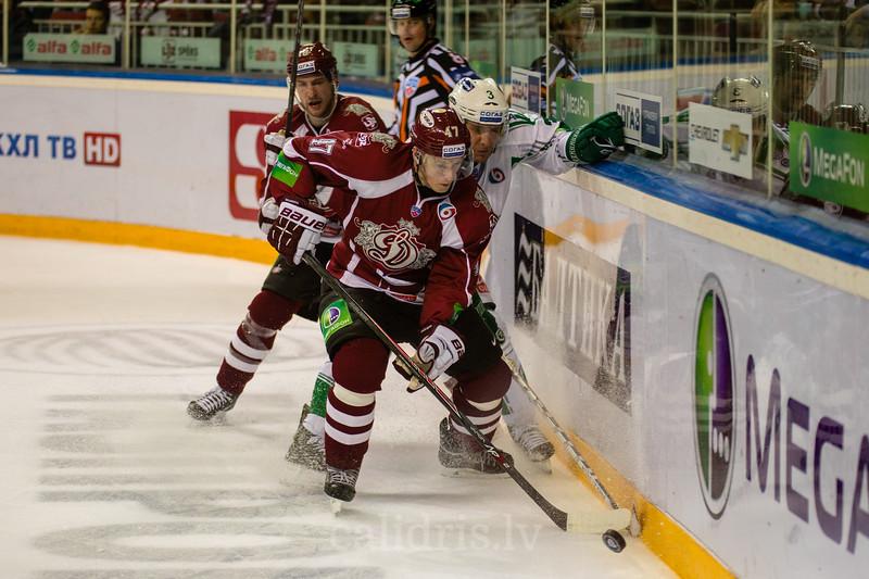Mārtiņš Cipulis (47) un Zubarev Andrei (3) cīnās par ripu pie apmales