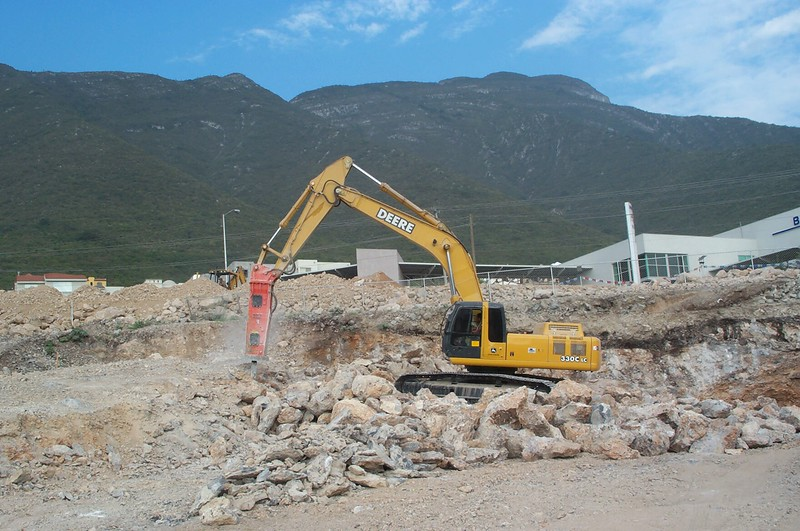 NPK E225 hydraulic hammer on Deere excavator (5).jpg