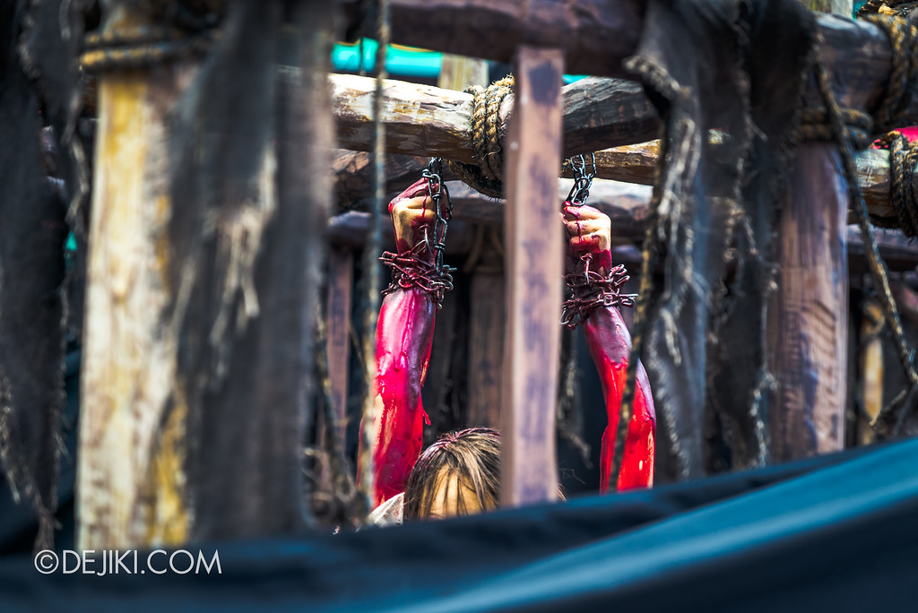 Halloween Horror Nights 7 Before Dark 2 Preview Update / Pilgrimage of Sin scare zone - Tribal cages with bloody hands