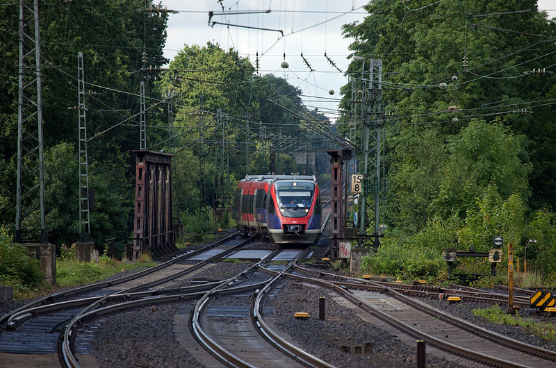 A set of Euregiobahn Talents crosses over before entering track 3 in Herzogenrath. The train is bound for Heerlen/NL and will cross the border just beyond this station stop.