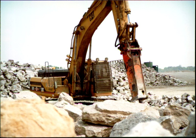NPK E216 hydraulic hammer on Cat excavator at Zanesville Quarry 8-7-01 (7).JPG