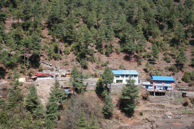 Lodges on way to Phakding 2.JPG