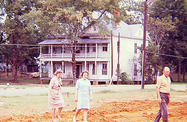Nichols House at SW corner of 2nd Avenue and Chesnut Street. Katy Ree Hunt, Becky Pritchett, and Buddy Pritchett in foreground. Photo taken around 1968. Mr. Pritchett was born in the Nichols House in 1915.