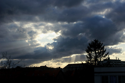230418 Sun rays through the clouds