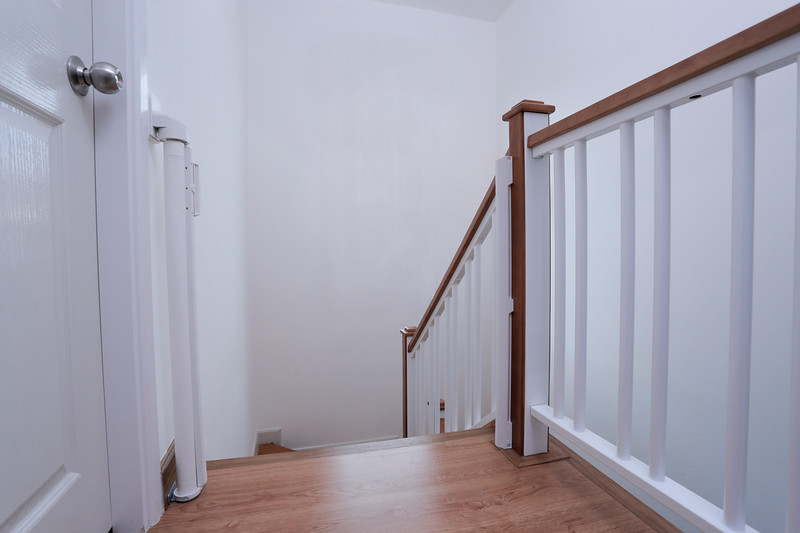 lascal_kiddyguard_assure_lifestyle_open_top_stairs.jpg