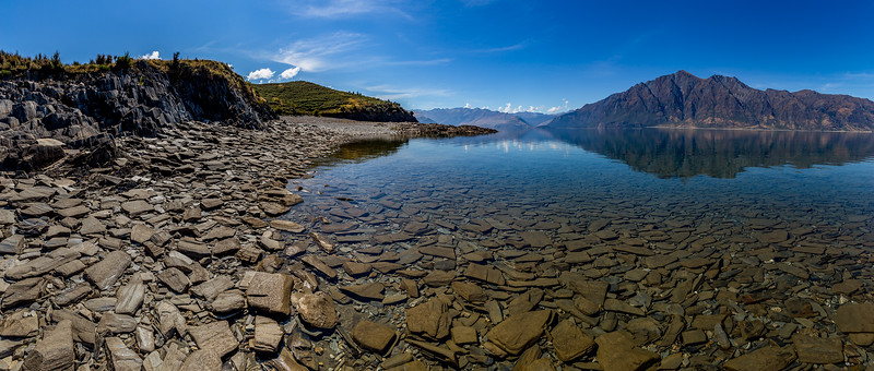 Strand aus Steinplatten an der «Bottom Bay» am «Lake Hawea»