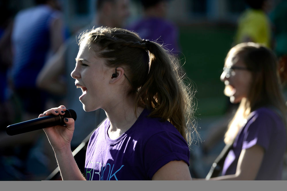. Kayla Hruby (left) and Kari Brunner (right), with the band Wires Crossed, sing to the runners near the 4 mile mark during the Bolder Boulder in Boulder, Colorado May 27, 2013. BOULDER DAILY CAMERA/ Mark Leffingwell