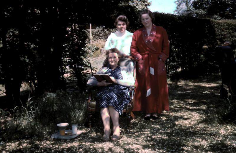 1959-5-29 (24) Mrs Mason, Mrs Kettle & Mary A @ Roehampton Hospital.JPG