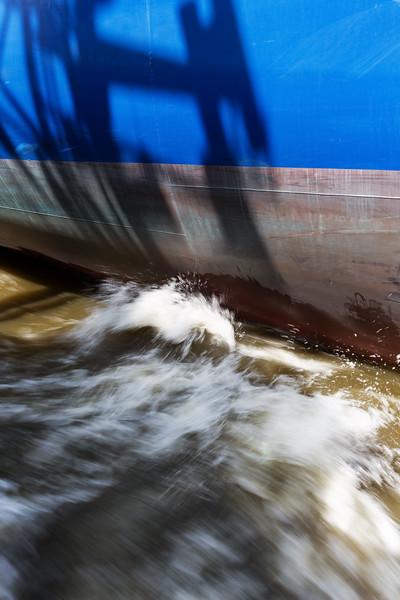 Schiffsrumpf in Fahrt Containerschiff Hyundai Victory
