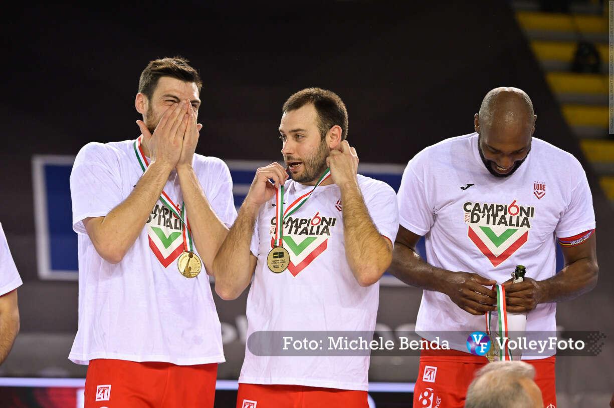 Simone ANZANI, Luciano DE CECCO, Robertlandy SIMON, con la medaglia, Campioni d'Italia