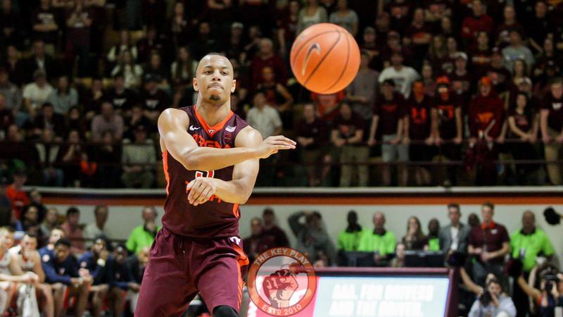 Justin Robinson passes the ball towards the outside. (Mark Umansky/TheKeyPlay.com)