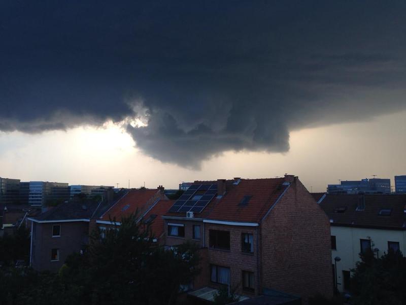 Onweer boven Brussel en omstreken! Foto van Bart, Zaventem,  vanop hun terras.