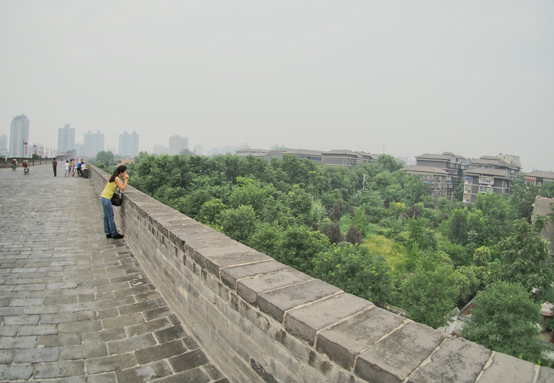 20140816_1514_2688 on top of the Xi'an City Walls 城墙, looking into the walled city.