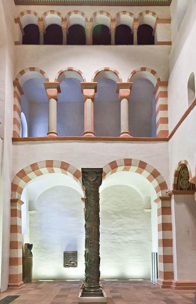 Hildesheim, St. Michael, östl. Querarm nach Süden mit Bernwardsäule