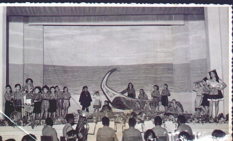 Dundo em 1953, ensaiado pela Maria Helena Noronha Feyo Gininha Almeida Santos por debaixo da prôa do barco em pé, segurando uma canastra á cabeça.Do lado direito, está o Adão Barata
