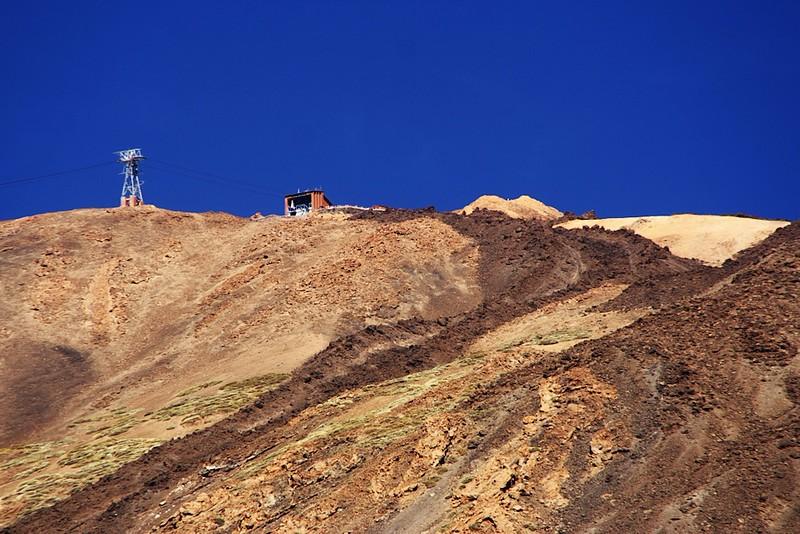 Horní stanice lanovky a částečně vykukující vrcholek