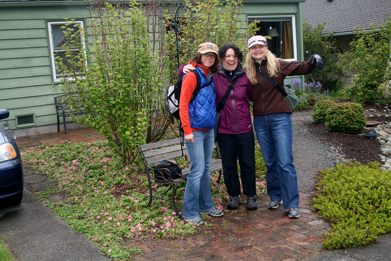 The 'trailhead'. Susan's yard in West Seattle. Susan's arm is around Joni, who is MISSING!!.