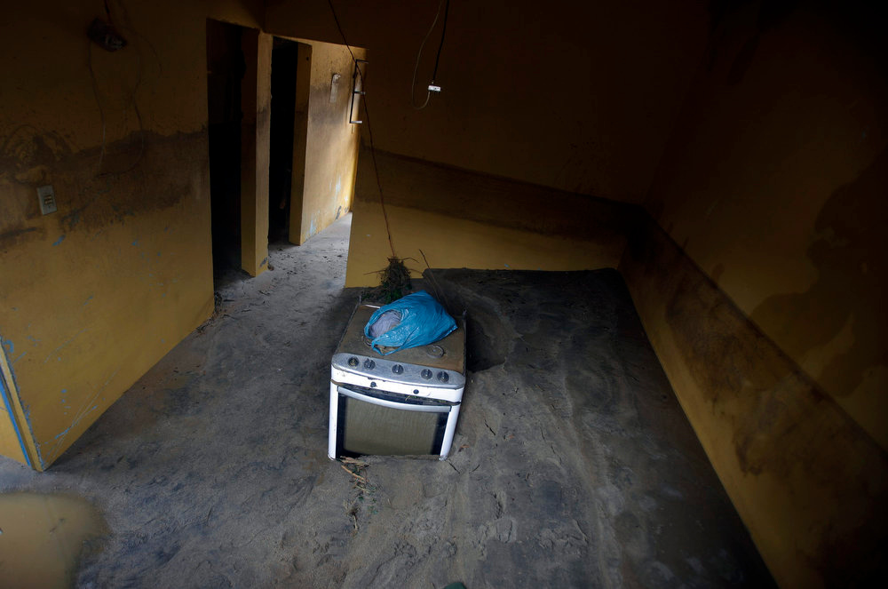 Description of . A kitchen stove is pictured inside a damaged house during the floods of the Capivari river in Xerem, in Duque de Caxias near Rio de Janeiro January 3, 2013.  At least 255 people were dislodged and one person died during the floods of Capivari River in Xerem, a district of Duque de Caxias, local media said. REUTERS/Ricardo Moraes