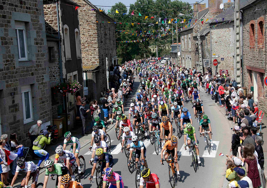 . The pack of riders cycles during the twelfth 218km stage of the centenary Tour de France cycling race from Fougeres to Tours July 11, 2013.     REUTERS/Jacky Naegelen