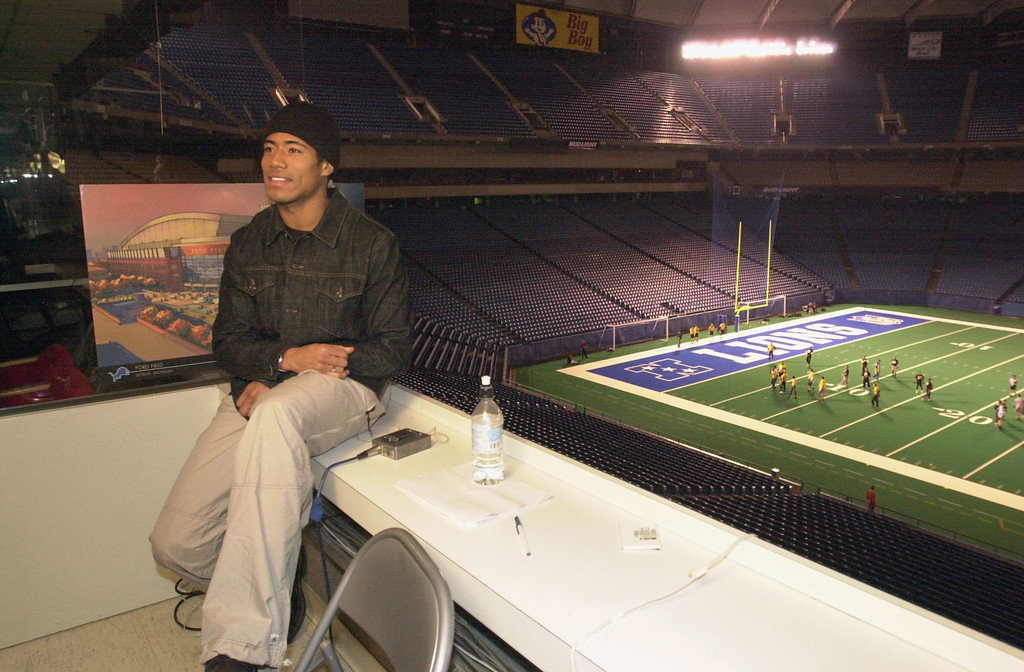 """. Detroit Lions wide receiver Johnnie Morton wraps up filming a segment for NBC\'s The Tonight Show with Jay Leno, Wednesday, December 19, 2001, at the Pontiac Silverdome in Pontiac, Mich.  Morton had publicly told the media that Leno could \""""Kiss my ass,\"""" after the Lions\' first victory of the season on Sunday, December 16.  The Lions bore the brunt of Leno\'s monologue jokes for several weeks after they started the season 0-12.  People on the football field are unidentified men playing in a pickup football game.  (The Oakland Press/Jose Juarez)"""