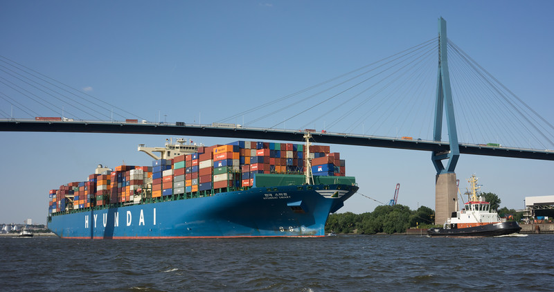 Containerschiff Hyundai Smart unter der Köhlbrandbrücke mit den Schleppern Prompt und vorne Bugsier 7