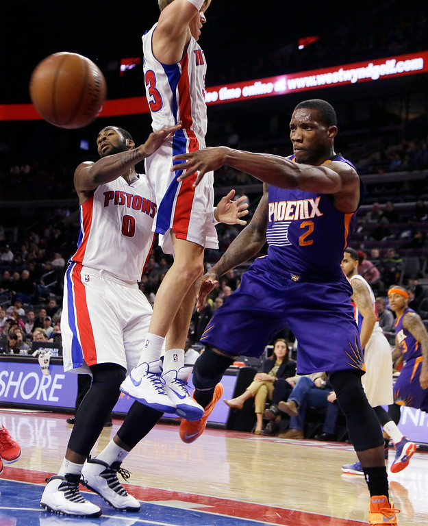 . Phoenix Suns guard Eric Bledsoe (2) passes the ball around the defense of Detroit Pistons forward Jonas Jerebko, center, and center Andre Drummond (0), during the second half of an NBA basketball game in Auburn Hills, Mich., Wednesday, Nov. 19, 2014. (AP Photo/Carlos Osorio)