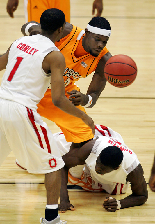 . Tennessee\'s Duke Crews, center, battles for a loose ball with Ohio State\'s Mike Conley Jr. (1) and Othello Hunter, right, during their NCAA South Regional semifinal basketball game at the Alamodome in San Antonio, Thursday, March 22, 2007.  (AP Photo/STR)
