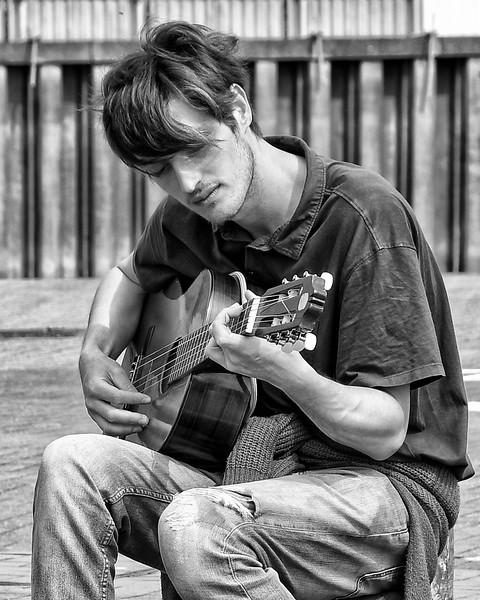 2019 04 22 - Guitarist Cardiff Bay (2).jpg
