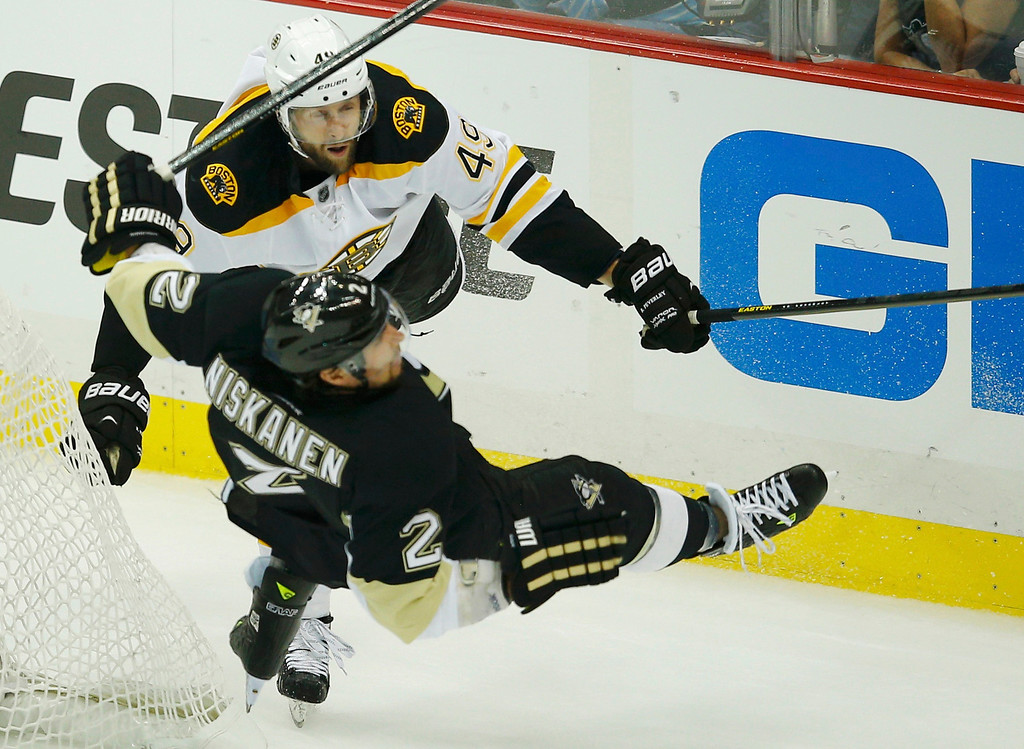 . Boston Bruins\' Rich Peverley checks Pittsburgh Penguins\' Matt Niskanen during the second period of Game 1 of their NHL Eastern Conference finals hockey playoff series in Pittsburgh, Pennsylvania June 1, 2013.   REUTERS/Brian Snyder