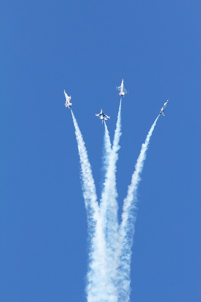 U.S. Air Force Thunderbirds F16 Fighting Falcon. Starburst manuever.