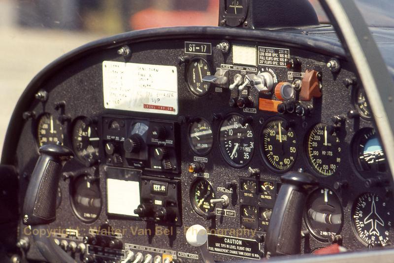 BAF_SF260M_ST-17_Cockpit_WVB_scan20070211.jpg