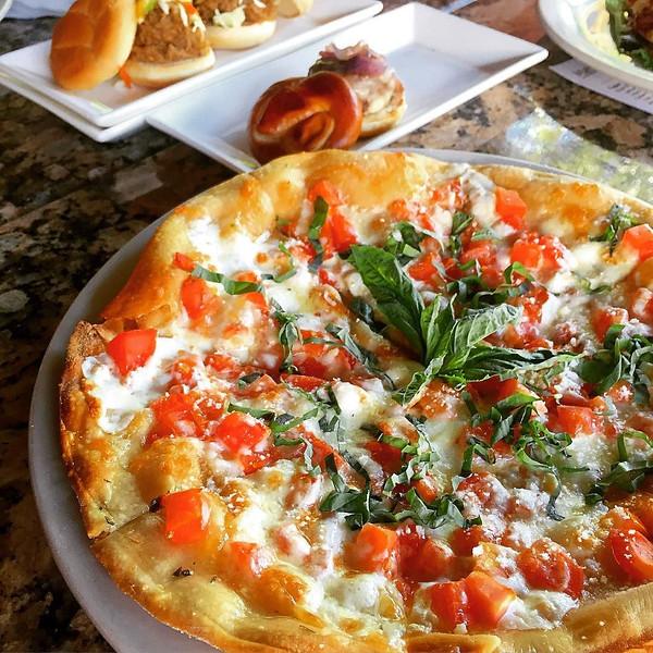 Margarita_pizza_from_a_wood_fired_pizza_oven_-_light_food_is_perfect_for_Sarasota_s_weather.__mysarasota__spon__lovefl__floridagirl__floridaliving__floridalife__florida__explorida__sunshineishere__vegetarian__veggie__veggielover__veggielife.jpg
