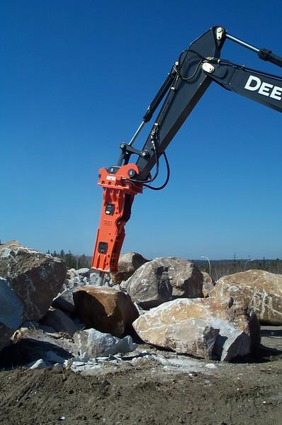 NPK GH12 hydraulic hammer on Deere 350D excavator (27).JPG