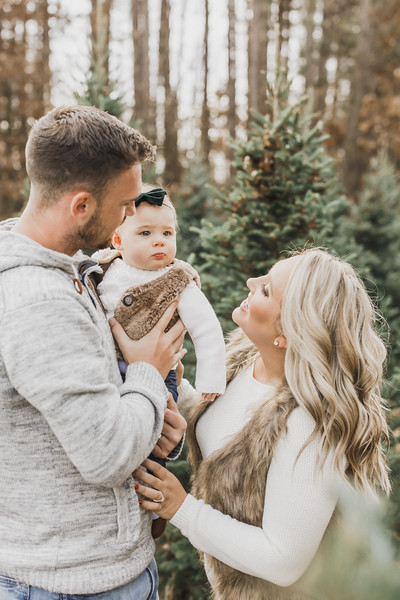 Shannon-Alen-Family-Christmas-Session-Williams-Tree-Farm-3.jpg
