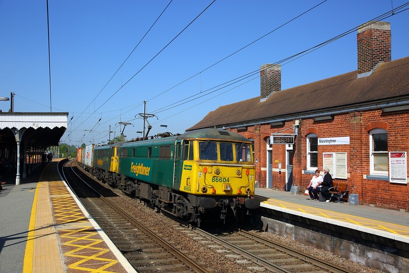86604+86628 on the 4L91 Wembley to Felixstowe at Manningtree on the 8th May 2018.JPG