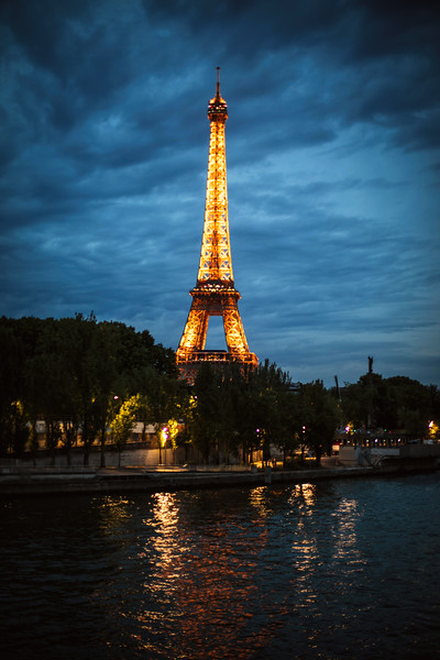 eifle tower at night lit up.jpg