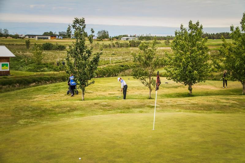 Ragnhildur Kristinsdóttir, GR, vippar inn á 6. flötina á Garðavelli.  Mynd/seth@golf.is