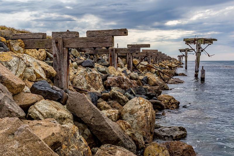 Zerfallende Holzkonstruktion beim Pier der Aramoana