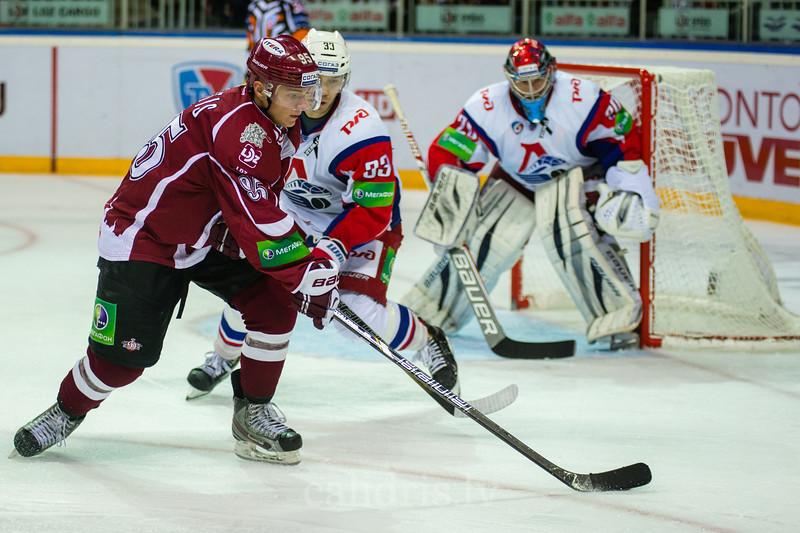 Juris Upītis (95) izveic rezultatīvu piespēli Lokomotiv Yaroslavl vārtu priekšā
